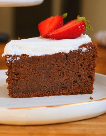 עוגת שוקולד עם הפתעה בריאה לפסח - פרוסה