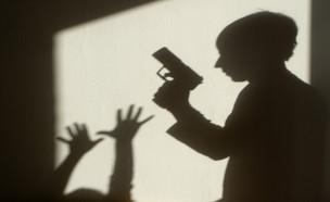 צל של אקדח (צילום: shutterstock | Renata Sedmakova)