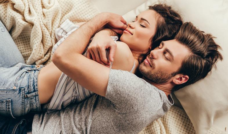 בני זוג ישנים במיטה (צילום:  LightField Studios, shutterstock)