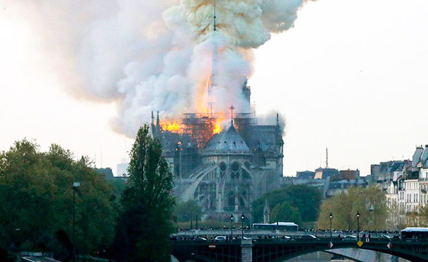 שרפה בקתדרלת נוטרדאם בפריז (צילום: Sky News, חדשות)