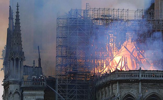 צפו: להבות בקתדרלה ומאמצי הכיבוי (צילום: AP, חדשות)