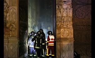 הכבאים בתוך הקתדרלה השרופה (צילום: רויטרס, חדשות)