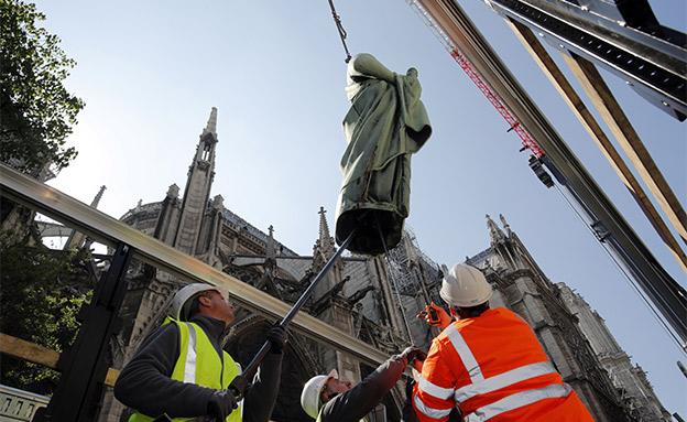 פסל שהצליחו להוציא מהכנסייה (צילום: רויטרס, חדשות)