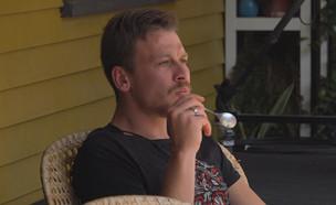 """דומיניק בשעת היוגורט שלו (צילום: מתוך """"2025"""", קשת 12)"""