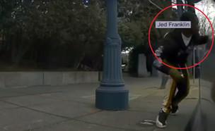 הגנב לכאורה כפי שנתפס במצלמות הטסלה (צילום: צילום מסך)