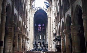 חור בתקרת כנסיית נוטרדאם בפריז, לאחר השריפה (צילום: ap)