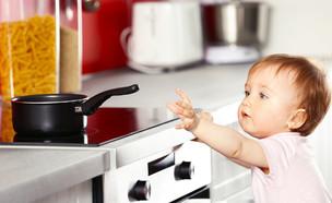 תינוק שולח יד אל סיר במטבח (אילוסטרציה: kateafter | Shutterstock.com )