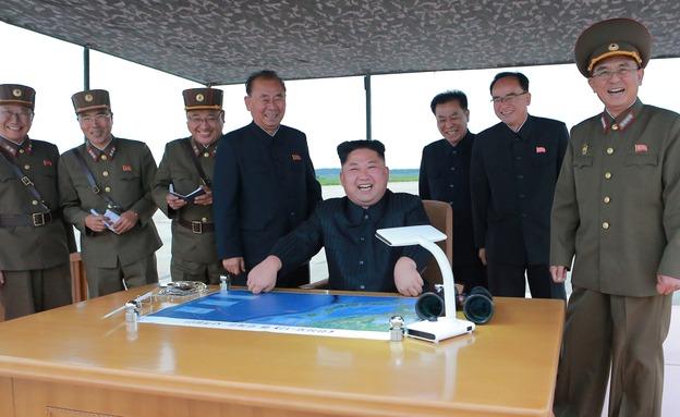 קים גונג און צופה בניסוי טיל (ארכיון) (צילום: רויטרס, חדשות)