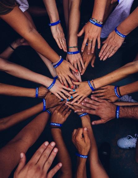 אנשים שמים ידיים ביחד (צילום: perry grone, unsplash)