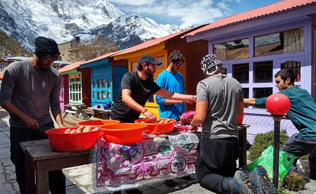 """נערכים לארוחת הסדר בקטמנדו (צילום: בית חב""""ד קטמנדו, נפאל, חדשות)"""