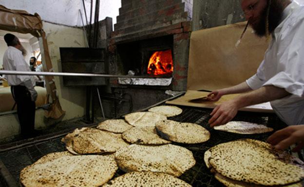 האם מצות באמת משמינות יותר מלחם? צפו (צילום: רויטרס, חדשות)