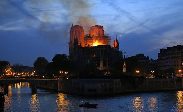 שרפת נוטרדאם, מוקד מחאה (צילום: AP, חדשות)