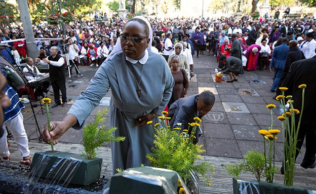 תפילה נוצרית בדרום אפריקה, אמש (צילום: רויטרס, חדשות)