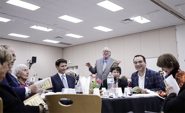 טרודו חוגג עם הקהילה היהודית, אמש (צילום: מהטוויטר של ראש ממשלת קנדה, חדשות)
