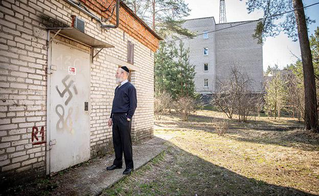 צלבי הקרס שרוססו (צילום: הירש קוטובסקי, חדשות)