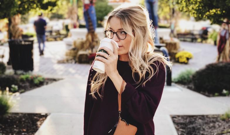 שותה קפה (צילום: caleb-george-on-unsplash)