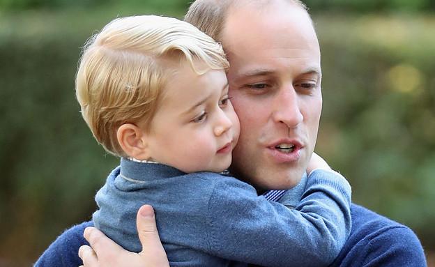 הנסיך ג'ורג' מחבק את אביו הנסיך וויליאם (צילום: GettyImages - Chris Jackson)