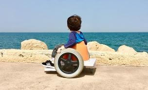 רז בכיסא הגלגלים המיוחד שלו (צילום: מתוך דף הפייסבוק של רחל, חדשות)
