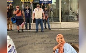 חיוך מול פני הגזענות (צילום: CNN, חדשות)