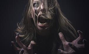 אישה צועקת (אילוסטרציה: By Dafna A.meron, shutterstock)