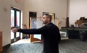 פרץ משחזר בבית הכנסת (צילום: החדשות)