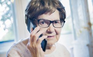 קשישה מדברת בטלפון  (צילום:  Denis Simonov, shutterstock)