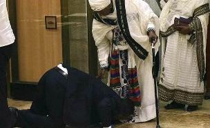 צפו: הושבע לכנסת - ונישק את רגלי אמו (צילום: החדשות)