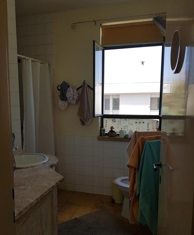 בית בשרון, עיצוב תמי שלוש, חדר הרחצה לפני שיפוץ