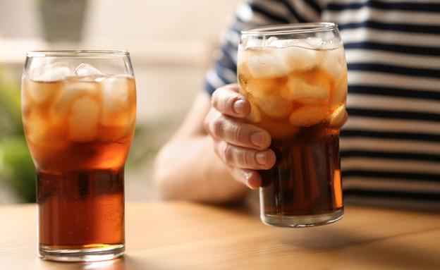 כוסות עם שתייה קרה (צילום: New Africa, Shutterstock)