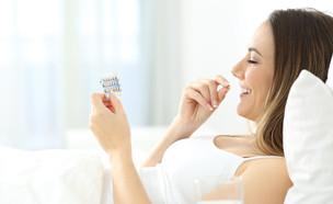 אישה לוקחת גלולת נגד הריון (אילוסטרציה: kateafter | Shutterstock.com )