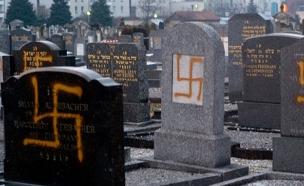 ונדליזם בבית קברות יהודי (צילום: AP, חדשות)