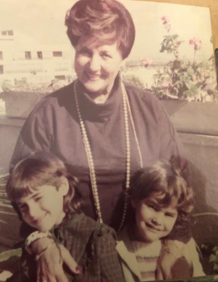 מרים גרוסמן עם נכדותיה (צילום: אלבום פרטי)