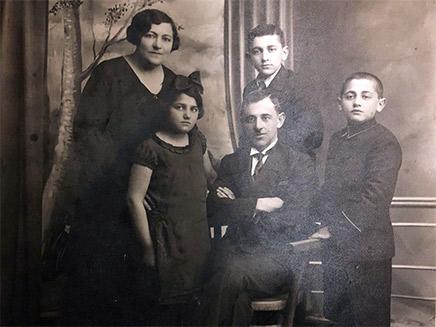 אהרון מכטיי ומשפחתו, שנת 1935