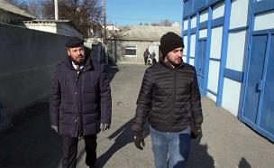 אנטון מוכיח את יהדותו באוקראינה (צילום: החדשות)