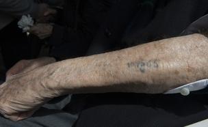 ניצול שואה עם מספר על היד (צילום: רויטרס, חדשות)