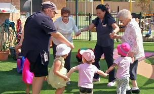 מה קורה כשקשישים וילדים נפגשים? (צילום: AP, חדשות)