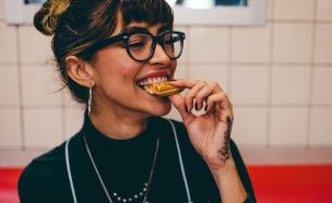 אישה צעירה אוכלת (צילום:  Kal Visuals, Unsplash)