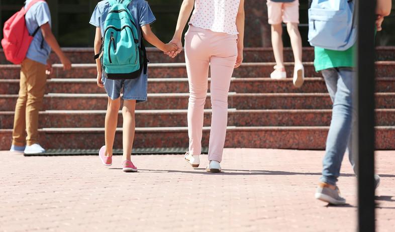 הורים הולכים עם הילדים לבית הספר (אילוסטרציה: By Dafna A.meron, shutterstock)