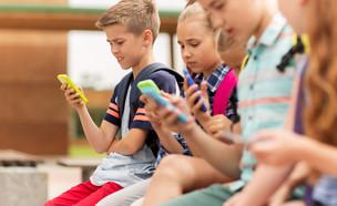 ילדים עם טלפון סלולרי (אילוסטרציה: kateafter | Shutterstock.com )