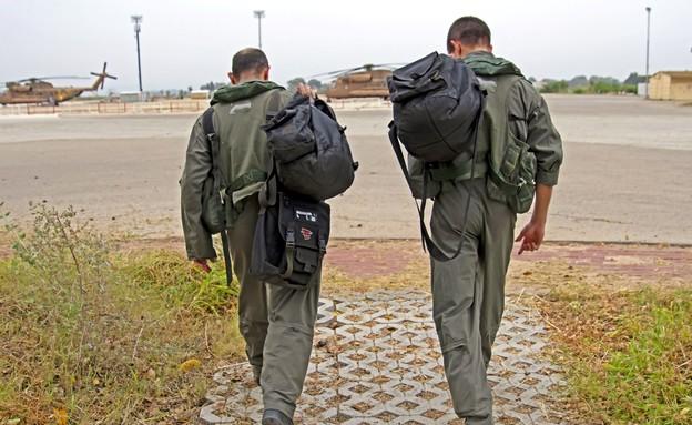 הטייסים בדרכם למסוק (צילום: חזי שמואלי)