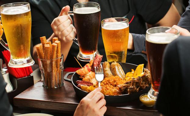 שותים אלכוהול ומנשנשים? זה אומר עליכם די הרבה (צילום: shutterstock   PRESSLAB)