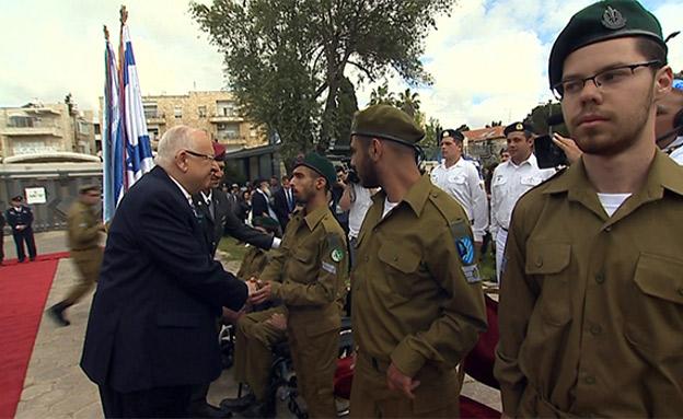 הנשיא סוקר את החיילים המצטיינים (צילום: חדשות)