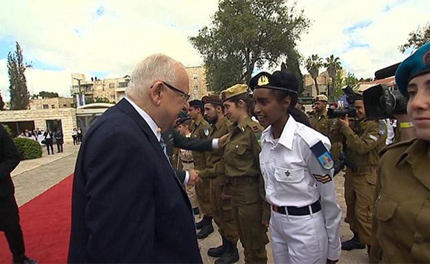 הנשיא סוקר את החיילים המצטיינים (צילום: החדשות)