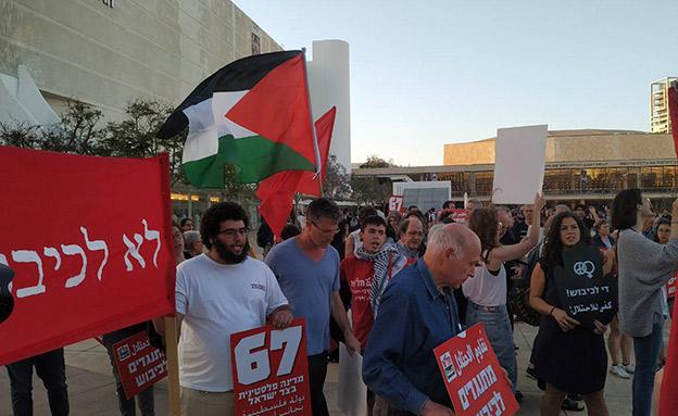 """פעילי שמאל מוחים בת""""א נגד המצור בעזה (צילום: חדשות)"""