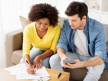 גבר ואישה מנהלים חשבונות (צילום: shutterstock)