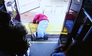 תיעוד: דחפה קשיש מהאוטבוס (צילום: CNN, חדשות)
