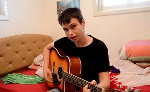 """""""לא בחרתי בנכות, בחרתי במוזיקה"""", יונתן ימפולסקי (צילום: החדשות)"""