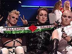 הלהקה האיסלנדית עם דגל פלסטין (צילום: מתוך התקשורת האיסלנדית)