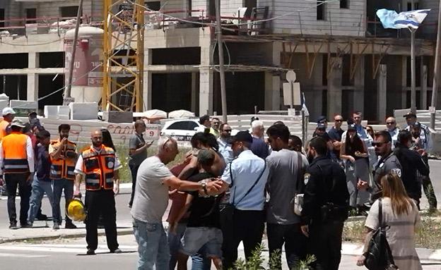 קרובי ההרוגים בזירת תאונת העבודה (צילום: החדשות)