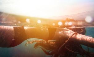 אישה בים (צילום:  Elovich, shutterstock)